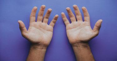 【手汗が止まらず悩んでいる方必見】手汗が出やすい原因と対策方法まとめ